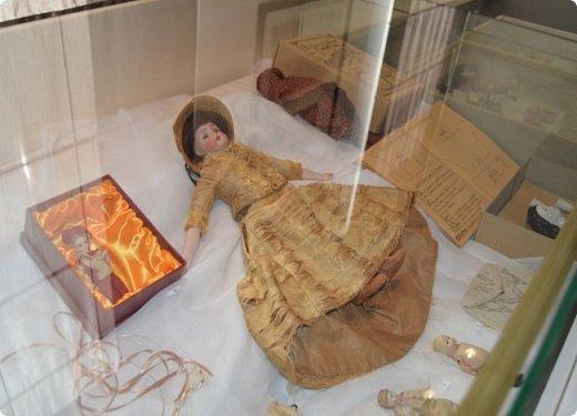 """И снова здравствуйте, дорогие друзья!!! Вчера мы прогулялись с вами по воркутинской выставке кукол (http://stranamasterov.ru/node/1017827), а сегодня я приглашаю вас в столицу нашей республики на выставку антикварных кукол 1830-1930-х годов из частной коллекции, которая разместилась в Центре культурных инициатив """"Югор"""".  Выставка """"Путешествие в мир кукол"""" - авторский проект искусствоведа и коллекционера Марины Политовой. Выставка насчитывает около 300 экспонатов, которые знакомят посетителей с типологией кукол, историей и этапами производства антикварной куклы в Европе и особенностями кукольного быта. Основная часть кукол на выставке немецкого производства, но также присутствуют куклы Франции, Англии, США, Японии и Китая. Интересной составляющей экспозиция является коллекция кукольной и детской одежды рубежа XIX-XX веков, старинная кукольная мебель и посуда.  фото 25"""