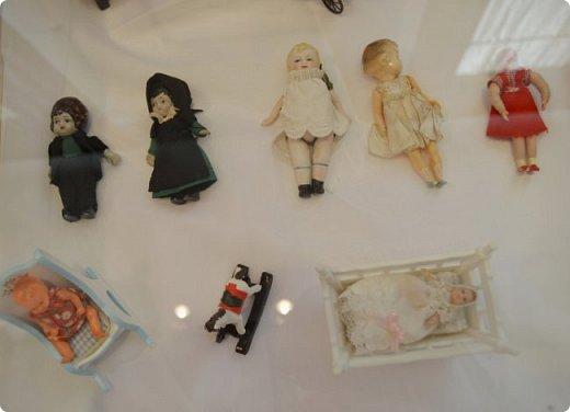 """И снова здравствуйте, дорогие друзья!!! Вчера мы прогулялись с вами по воркутинской выставке кукол (http://stranamasterov.ru/node/1017827), а сегодня я приглашаю вас в столицу нашей республики на выставку антикварных кукол 1830-1930-х годов из частной коллекции, которая разместилась в Центре культурных инициатив """"Югор"""".  Выставка """"Путешествие в мир кукол"""" - авторский проект искусствоведа и коллекционера Марины Политовой. Выставка насчитывает около 300 экспонатов, которые знакомят посетителей с типологией кукол, историей и этапами производства антикварной куклы в Европе и особенностями кукольного быта. Основная часть кукол на выставке немецкого производства, но также присутствуют куклы Франции, Англии, США, Японии и Китая. Интересной составляющей экспозиция является коллекция кукольной и детской одежды рубежа XIX-XX веков, старинная кукольная мебель и посуда.  фото 29"""