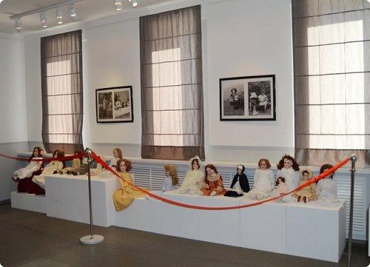 """И снова здравствуйте, дорогие друзья!!! Вчера мы прогулялись с вами по воркутинской выставке кукол (https://stranamasterov.ru/node/1017827), а сегодня я приглашаю вас в столицу нашей республики на выставку антикварных кукол 1830-1930-х годов из частной коллекции, которая разместилась в Центре культурных инициатив """"Югор"""".  Выставка """"Путешествие в мир кукол"""" - авторский проект искусствоведа и коллекционера Марины Политовой. Выставка насчитывает около 300 экспонатов, которые знакомят посетителей с типологией кукол, историей и этапами производства антикварной куклы в Европе и особенностями кукольного быта. Основная часть кукол на выставке немецкого производства, но также присутствуют куклы Франции, Англии, США, Японии и Китая. Интересной составляющей экспозиция является коллекция кукольной и детской одежды рубежа XIX-XX веков, старинная кукольная мебель и посуда.  фото 33"""