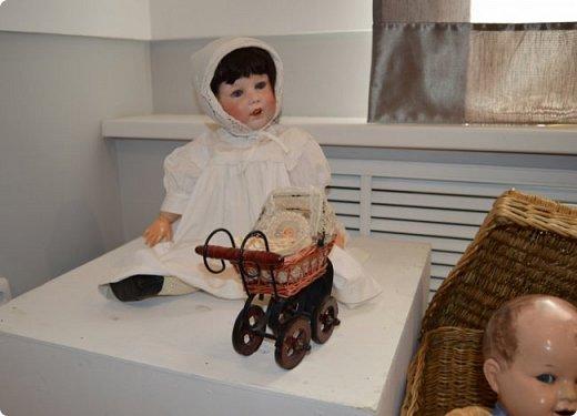 """И снова здравствуйте, дорогие друзья!!! Вчера мы прогулялись с вами по воркутинской выставке кукол (https://stranamasterov.ru/node/1017827), а сегодня я приглашаю вас в столицу нашей республики на выставку антикварных кукол 1830-1930-х годов из частной коллекции, которая разместилась в Центре культурных инициатив """"Югор"""".  Выставка """"Путешествие в мир кукол"""" - авторский проект искусствоведа и коллекционера Марины Политовой. Выставка насчитывает около 300 экспонатов, которые знакомят посетителей с типологией кукол, историей и этапами производства антикварной куклы в Европе и особенностями кукольного быта. Основная часть кукол на выставке немецкого производства, но также присутствуют куклы Франции, Англии, США, Японии и Китая. Интересной составляющей экспозиция является коллекция кукольной и детской одежды рубежа XIX-XX веков, старинная кукольная мебель и посуда.  фото 41"""