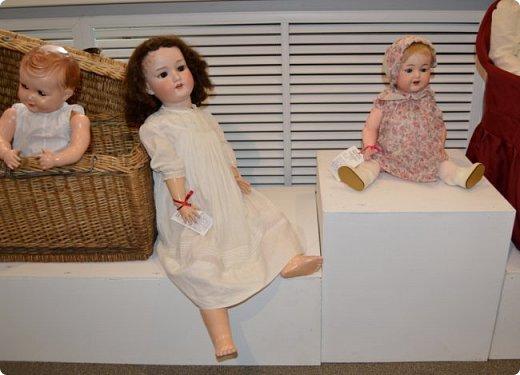 """И снова здравствуйте, дорогие друзья!!! Вчера мы прогулялись с вами по воркутинской выставке кукол (http://stranamasterov.ru/node/1017827), а сегодня я приглашаю вас в столицу нашей республики на выставку антикварных кукол 1830-1930-х годов из частной коллекции, которая разместилась в Центре культурных инициатив """"Югор"""".  Выставка """"Путешествие в мир кукол"""" - авторский проект искусствоведа и коллекционера Марины Политовой. Выставка насчитывает около 300 экспонатов, которые знакомят посетителей с типологией кукол, историей и этапами производства антикварной куклы в Европе и особенностями кукольного быта. Основная часть кукол на выставке немецкого производства, но также присутствуют куклы Франции, Англии, США, Японии и Китая. Интересной составляющей экспозиция является коллекция кукольной и детской одежды рубежа XIX-XX веков, старинная кукольная мебель и посуда.  фото 43"""