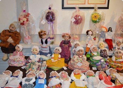 """И снова здравствуйте, дорогие друзья!!! Вчера мы прогулялись с вами по воркутинской выставке кукол (http://stranamasterov.ru/node/1017827), а сегодня я приглашаю вас в столицу нашей республики на выставку антикварных кукол 1830-1930-х годов из частной коллекции, которая разместилась в Центре культурных инициатив """"Югор"""".  Выставка """"Путешествие в мир кукол"""" - авторский проект искусствоведа и коллекционера Марины Политовой. Выставка насчитывает около 300 экспонатов, которые знакомят посетителей с типологией кукол, историей и этапами производства антикварной куклы в Европе и особенностями кукольного быта. Основная часть кукол на выставке немецкого производства, но также присутствуют куклы Франции, Англии, США, Японии и Китая. Интересной составляющей экспозиция является коллекция кукольной и детской одежды рубежа XIX-XX веков, старинная кукольная мебель и посуда.  фото 52"""
