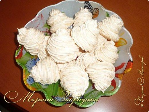 Здравствуйте! Сегодня представляю Вашему вниманию Безе́ (меренга) - французский десерт из взбитых с сахаром и запечённых яичных белков. Само слово безе (фр. baiser) в переводе с французского языка, означает поцелуй. Почти все знают как приготовить, но все-таки сделаю свой МК. Безе очень легкие, воздушные, красивые и вкусные. Попробуйте приготовить!