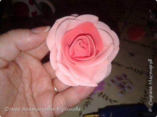 Если нет возможности купить пенопластовые заготовки для розовых бутонов, а руки чешутся сделать рукотворный цветок, то я делаю так! (дешево и сердито). Понадобятся ватные диски, ножницы и термоклеевой пистолет. Всё! фото 9