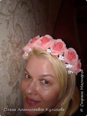 Если нет возможности купить пенопластовые заготовки для розовых бутонов, а руки чешутся сделать рукотворный цветок, то я делаю так! (дешево и сердито). Понадобятся ватные диски, ножницы и термоклеевой пистолет. Всё! фото 10