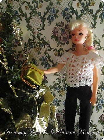 Такой прекрасный новогодний подарок получила моя доченька от своей Феи - Крёстной:)  Красивые наряды для кукол!  Связали и сшили их золотые руки замечательной мастерицы - мамочки нашей крёстной.  Огромное ей сердечное спасибо за эту рукотворную красоту - дочка была в восторге:)  Можно сказать, что это двойной подарок:)) (Подарок ещё и мне - огромная подмога кукольному гардеробу, до которого не всегда мои руки доходят:))) фото 20