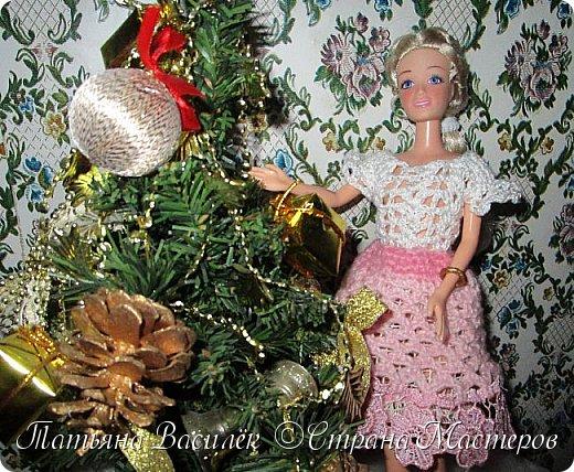 Такой прекрасный новогодний подарок получила моя доченька от своей Феи - Крёстной:)  Красивые наряды для кукол!  Связали и сшили их золотые руки замечательной мастерицы - мамочки нашей крёстной.  Огромное ей сердечное спасибо за эту рукотворную красоту - дочка была в восторге:)  Можно сказать, что это двойной подарок:)) (Подарок ещё и мне - огромная подмога кукольному гардеробу, до которого не всегда мои руки доходят:))) фото 19