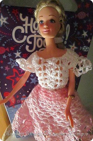 Такой прекрасный новогодний подарок получила моя доченька от своей Феи - Крёстной:)  Красивые наряды для кукол!  Связали и сшили их золотые руки замечательной мастерицы - мамочки нашей крёстной.  Огромное ей сердечное спасибо за эту рукотворную красоту - дочка была в восторге:)  Можно сказать, что это двойной подарок:)) (Подарок ещё и мне - огромная подмога кукольному гардеробу, до которого не всегда мои руки доходят:))) фото 22