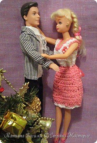 Такой прекрасный новогодний подарок получила моя доченька от своей Феи - Крёстной:)  Красивые наряды для кукол!  Связали и сшили их золотые руки замечательной мастерицы - мамочки нашей крёстной.  Огромное ей сердечное спасибо за эту рукотворную красоту - дочка была в восторге:)  Можно сказать, что это двойной подарок:)) (Подарок ещё и мне - огромная подмога кукольному гардеробу, до которого не всегда мои руки доходят:))) фото 21