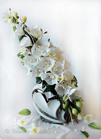 """Конкурс был объявлен здесь http://stranamasterov.ru/node/1011037  Работа №1 """"Подари мне орхидеи""""  Подари мне букет орхидей, Я пойму тайну скрытых признаний, Стану ласковей, проще, нежней, Не сокрою я смелых желаний…   Нежный трепет волшебных цветов Несказанного очарованья Озаряет собою свиданье Без излишних смутившихся слов.   Я раскроюсь, как эти цветы, Красотой небывалой, нежданной, Что сбываются в жизни мечты, Я поверю, как в мир первозданный.  Автор: Рената Юрьева Композиция на вазе. Состав: Конфеты - """"Фундук в шоколаде"""" - 17 шт., """"Арфа"""" - 11 шт., карамель BS Fruit - 5 шт. Флористическая гофра, пеноплекс, проволока, картон, тейп-лента, тычинки искусственные для цветов, ваза. фото 67"""