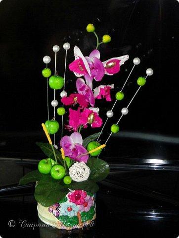 """Конкурс был объявлен здесь http://stranamasterov.ru/node/1011037  Работа №1 """"Подари мне орхидеи""""  Подари мне букет орхидей, Я пойму тайну скрытых признаний, Стану ласковей, проще, нежней, Не сокрою я смелых желаний…   Нежный трепет волшебных цветов Несказанного очарованья Озаряет собою свиданье Без излишних смутившихся слов.   Я раскроюсь, как эти цветы, Красотой небывалой, нежданной, Что сбываются в жизни мечты, Я поверю, как в мир первозданный.  Автор: Рената Юрьева Композиция на вазе. Состав: Конфеты - """"Фундук в шоколаде"""" - 17 шт., """"Арфа"""" - 11 шт., карамель BS Fruit - 5 шт. Флористическая гофра, пеноплекс, проволока, картон, тейп-лента, тычинки искусственные для цветов, ваза. фото 46"""