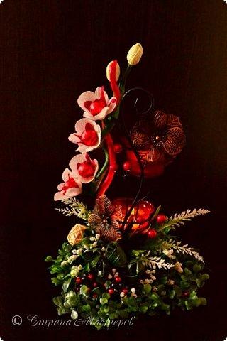 """Конкурс был объявлен здесь http://stranamasterov.ru/node/1011037  Работа №1 """"Подари мне орхидеи""""  Подари мне букет орхидей, Я пойму тайну скрытых признаний, Стану ласковей, проще, нежней, Не сокрою я смелых желаний…   Нежный трепет волшебных цветов Несказанного очарованья Озаряет собою свиданье Без излишних смутившихся слов.   Я раскроюсь, как эти цветы, Красотой небывалой, нежданной, Что сбываются в жизни мечты, Я поверю, как в мир первозданный.  Автор: Рената Юрьева Композиция на вазе. Состав: Конфеты - """"Фундук в шоколаде"""" - 17 шт., """"Арфа"""" - 11 шт., карамель BS Fruit - 5 шт. Флористическая гофра, пеноплекс, проволока, картон, тейп-лента, тычинки искусственные для цветов, ваза. фото 8"""