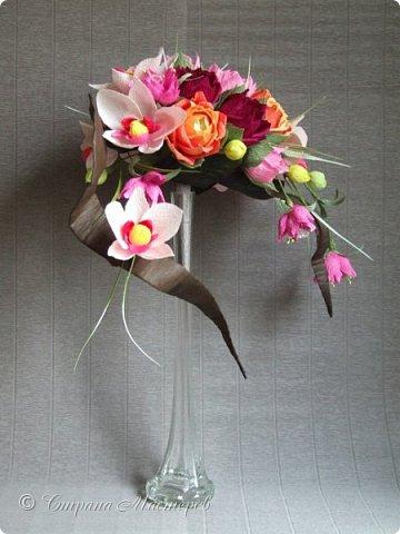 """Конкурс был объявлен здесь http://stranamasterov.ru/node/1011037  Работа №1 """"Подари мне орхидеи""""  Подари мне букет орхидей, Я пойму тайну скрытых признаний, Стану ласковей, проще, нежней, Не сокрою я смелых желаний…   Нежный трепет волшебных цветов Несказанного очарованья Озаряет собою свиданье Без излишних смутившихся слов.   Я раскроюсь, как эти цветы, Красотой небывалой, нежданной, Что сбываются в жизни мечты, Я поверю, как в мир первозданный.  Автор: Рената Юрьева Композиция на вазе. Состав: Конфеты - """"Фундук в шоколаде"""" - 17 шт., """"Арфа"""" - 11 шт., карамель BS Fruit - 5 шт. Флористическая гофра, пеноплекс, проволока, картон, тейп-лента, тычинки искусственные для цветов, ваза. фото 1"""