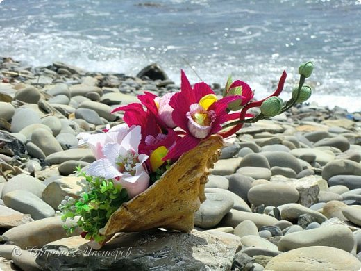 """Конкурс был объявлен здесь http://stranamasterov.ru/node/1011037  Работа №1 """"Подари мне орхидеи""""  Подари мне букет орхидей, Я пойму тайну скрытых признаний, Стану ласковей, проще, нежней, Не сокрою я смелых желаний…   Нежный трепет волшебных цветов Несказанного очарованья Озаряет собою свиданье Без излишних смутившихся слов.   Я раскроюсь, как эти цветы, Красотой небывалой, нежданной, Что сбываются в жизни мечты, Я поверю, как в мир первозданный.  Автор: Рената Юрьева Композиция на вазе. Состав: Конфеты - """"Фундук в шоколаде"""" - 17 шт., """"Арфа"""" - 11 шт., карамель BS Fruit - 5 шт. Флористическая гофра, пеноплекс, проволока, картон, тейп-лента, тычинки искусственные для цветов, ваза. фото 55"""