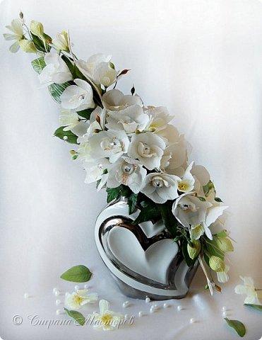 """Конкурс был объявлен здесь http://stranamasterov.ru/node/1011037  Работа №1 """"Подари мне орхидеи""""  Подари мне букет орхидей, Я пойму тайну скрытых признаний, Стану ласковей, проще, нежней, Не сокрою я смелых желаний…   Нежный трепет волшебных цветов Несказанного очарованья Озаряет собою свиданье Без излишних смутившихся слов.   Я раскроюсь, как эти цветы, Красотой небывалой, нежданной, Что сбываются в жизни мечты, Я поверю, как в мир первозданный.  Автор: Рената Юрьева Композиция на вазе. Состав: Конфеты - """"Фундук в шоколаде"""" - 17 шт., """"Арфа"""" - 11 шт., карамель BS Fruit - 5 шт. Флористическая гофра, пеноплекс, проволока, картон, тейп-лента, тычинки искусственные для цветов, ваза. фото 68"""