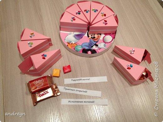 Здравствуйте. Сделали всей семьей старшей дочке на День рождения в школу такой торт в три этажа. фото 3