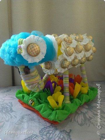 За основу моей овечки пошла подложка под ламинат, нитки, бумага, конфеты. Полянка получилась из упаковки из под яиц.  фото 1