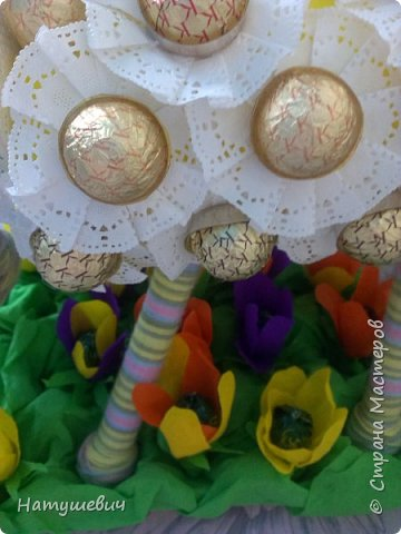 За основу моей овечки пошла подложка под ламинат, нитки, бумага, конфеты. Полянка получилась из упаковки из под яиц.  фото 4