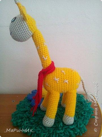 Жирафик связан по мастер-классу http://amigurumik.com/vjazhem-solnechnogo-zhirafika-shema/ фото 4