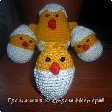 Цыпляток к Пасхе навязала из этого источника http://oblacco.com/kak-svyazat-pasxalnogo-cyplenka/ , только без лапок) Скорлупа снизу у меня пришита, а сверху только сзади немного, чтобы можно было снимать и одевать не теряя. Малышу моему ооочень понравились)) фото 2