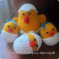 Цыпляток к Пасхе навязала из этого источника http://oblacco.com/kak-svyazat-pasxalnogo-cyplenka/ , только без лапок) Скорлупа снизу у меня пришита, а сверху только сзади немного, чтобы можно было снимать и одевать не теряя. Малышу моему ооочень понравились)) фото 1