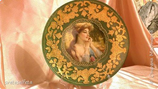 На этой тарелке я сделала обратный декупаж и расписала контурами и золотой краской лицевую часть тарелки  фото 1