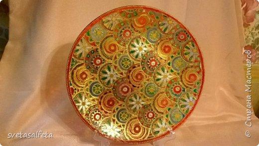 На этой тарелке я сделала обратный декупаж и расписала контурами и золотой краской лицевую часть тарелки  фото 2