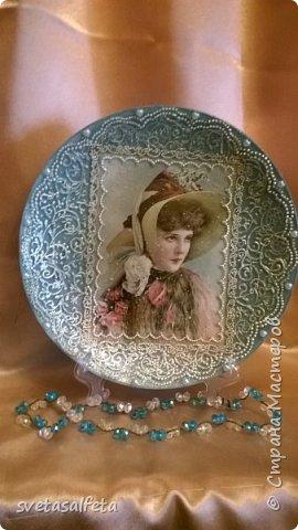 На этой тарелке я сделала обратный декупаж и расписала контурами и золотой краской лицевую часть тарелки  фото 4