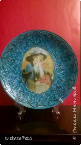 На этой тарелке я сделала обратный декупаж и расписала контурами и золотой краской лицевую часть тарелки  фото 9