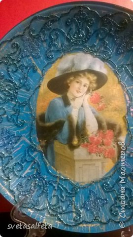 На этой тарелке я сделала обратный декупаж и расписала контурами и золотой краской лицевую часть тарелки  фото 10
