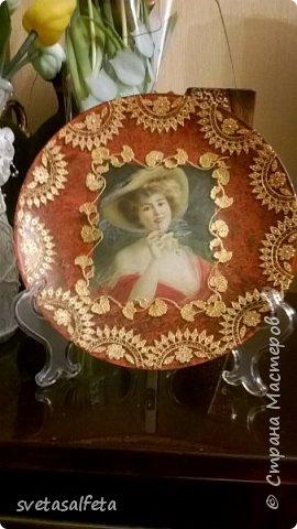 На этой тарелке я сделала обратный декупаж и расписала контурами и золотой краской лицевую часть тарелки  фото 11