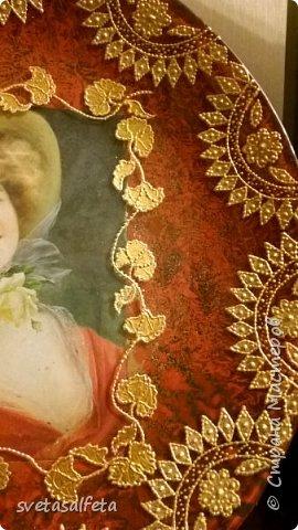 На этой тарелке я сделала обратный декупаж и расписала контурами и золотой краской лицевую часть тарелки  фото 12