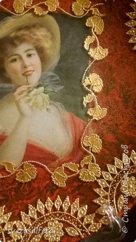 На этой тарелке я сделала обратный декупаж и расписала контурами и золотой краской лицевую часть тарелки  фото 13