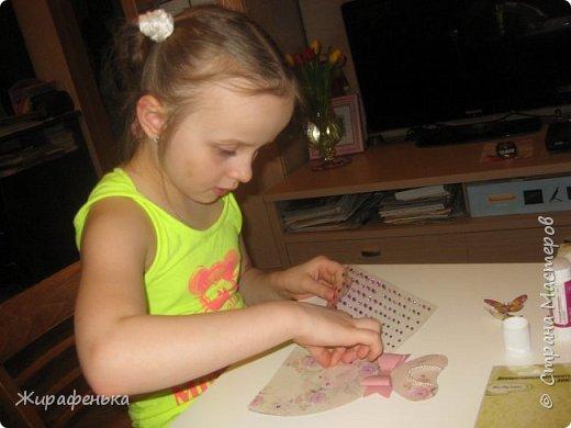 Нежное платье с капельками утренней росы и прилетевшей бабочкой. Эту открытку сделала Вероника 7лет( моя соседка) маме на 8 Марта,я немного помогала. фото 4