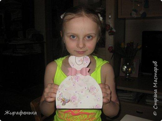 Нежное платье с капельками утренней росы и прилетевшей бабочкой. Эту открытку сделала Вероника 7лет( моя соседка) маме на 8 Марта,я немного помогала. фото 5