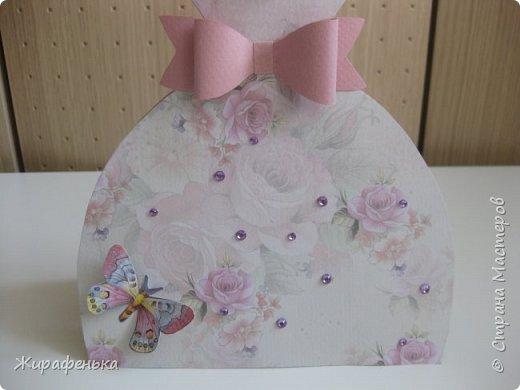 Нежное платье с капельками утренней росы и прилетевшей бабочкой. Эту открытку сделала Вероника 7лет( моя соседка) маме на 8 Марта,я немного помогала. фото 3