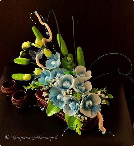 """Конкурс был объявлен здесь http://stranamasterov.ru/node/1011037  Работа №1 """"Подари мне орхидеи""""  Подари мне букет орхидей, Я пойму тайну скрытых признаний, Стану ласковей, проще, нежней, Не сокрою я смелых желаний…   Нежный трепет волшебных цветов Несказанного очарованья Озаряет собою свиданье Без излишних смутившихся слов.   Я раскроюсь, как эти цветы, Красотой небывалой, нежданной, Что сбываются в жизни мечты, Я поверю, как в мир первозданный.  Автор: Рената Юрьева Композиция на вазе. Состав: Конфеты - """"Фундук в шоколаде"""" - 17 шт., """"Арфа"""" - 11 шт., карамель BS Fruit - 5 шт. Флористическая гофра, пеноплекс, проволока, картон, тейп-лента, тычинки искусственные для цветов, ваза. фото 81"""