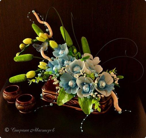 """Конкурс был объявлен здесь http://stranamasterov.ru/node/1011037  Работа №1 """"Подари мне орхидеи""""  Подари мне букет орхидей, Я пойму тайну скрытых признаний, Стану ласковей, проще, нежней, Не сокрою я смелых желаний…   Нежный трепет волшебных цветов Несказанного очарованья Озаряет собою свиданье Без излишних смутившихся слов.   Я раскроюсь, как эти цветы, Красотой небывалой, нежданной, Что сбываются в жизни мечты, Я поверю, как в мир первозданный.  Автор: Рената Юрьева Композиция на вазе. Состав: Конфеты - """"Фундук в шоколаде"""" - 17 шт., """"Арфа"""" - 11 шт., карамель BS Fruit - 5 шт. Флористическая гофра, пеноплекс, проволока, картон, тейп-лента, тычинки искусственные для цветов, ваза. фото 82"""