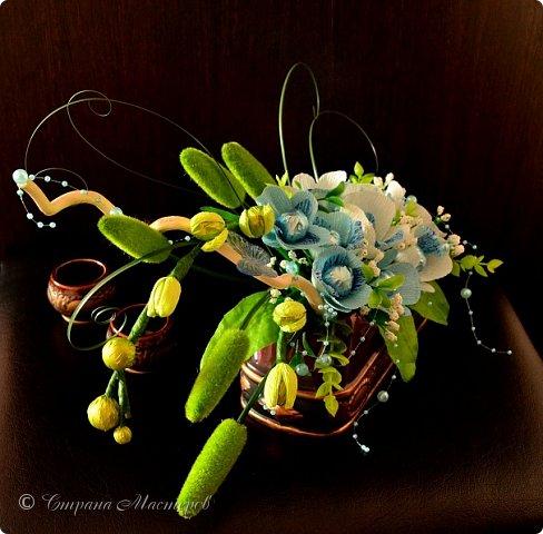 """Конкурс был объявлен здесь http://stranamasterov.ru/node/1011037  Работа №1 """"Подари мне орхидеи""""  Подари мне букет орхидей, Я пойму тайну скрытых признаний, Стану ласковей, проще, нежней, Не сокрою я смелых желаний…   Нежный трепет волшебных цветов Несказанного очарованья Озаряет собою свиданье Без излишних смутившихся слов.   Я раскроюсь, как эти цветы, Красотой небывалой, нежданной, Что сбываются в жизни мечты, Я поверю, как в мир первозданный.  Автор: Рената Юрьева Композиция на вазе. Состав: Конфеты - """"Фундук в шоколаде"""" - 17 шт., """"Арфа"""" - 11 шт., карамель BS Fruit - 5 шт. Флористическая гофра, пеноплекс, проволока, картон, тейп-лента, тычинки искусственные для цветов, ваза. фото 83"""