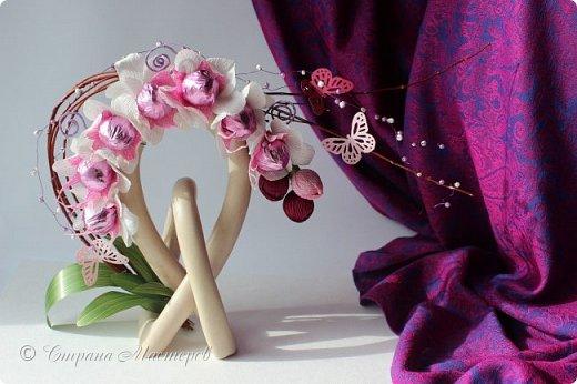 """Конкурс был объявлен здесь http://stranamasterov.ru/node/1011037  Работа №1 """"Подари мне орхидеи""""  Подари мне букет орхидей, Я пойму тайну скрытых признаний, Стану ласковей, проще, нежней, Не сокрою я смелых желаний…   Нежный трепет волшебных цветов Несказанного очарованья Озаряет собою свиданье Без излишних смутившихся слов.   Я раскроюсь, как эти цветы, Красотой небывалой, нежданной, Что сбываются в жизни мечты, Я поверю, как в мир первозданный.  Автор: Рената Юрьева Композиция на вазе. Состав: Конфеты - """"Фундук в шоколаде"""" - 17 шт., """"Арфа"""" - 11 шт., карамель BS Fruit - 5 шт. Флористическая гофра, пеноплекс, проволока, картон, тейп-лента, тычинки искусственные для цветов, ваза. фото 87"""
