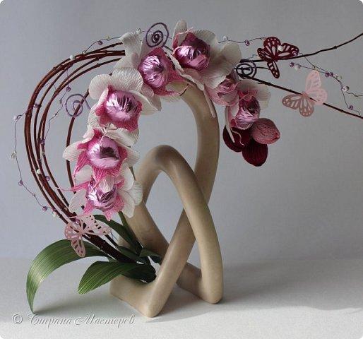 """Конкурс был объявлен здесь http://stranamasterov.ru/node/1011037  Работа №1 """"Подари мне орхидеи""""  Подари мне букет орхидей, Я пойму тайну скрытых признаний, Стану ласковей, проще, нежней, Не сокрою я смелых желаний…   Нежный трепет волшебных цветов Несказанного очарованья Озаряет собою свиданье Без излишних смутившихся слов.   Я раскроюсь, как эти цветы, Красотой небывалой, нежданной, Что сбываются в жизни мечты, Я поверю, как в мир первозданный.  Автор: Рената Юрьева Композиция на вазе. Состав: Конфеты - """"Фундук в шоколаде"""" - 17 шт., """"Арфа"""" - 11 шт., карамель BS Fruit - 5 шт. Флористическая гофра, пеноплекс, проволока, картон, тейп-лента, тычинки искусственные для цветов, ваза. фото 89"""
