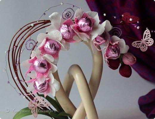 """Конкурс был объявлен здесь http://stranamasterov.ru/node/1011037  Работа №1 """"Подари мне орхидеи""""  Подари мне букет орхидей, Я пойму тайну скрытых признаний, Стану ласковей, проще, нежней, Не сокрою я смелых желаний…   Нежный трепет волшебных цветов Несказанного очарованья Озаряет собою свиданье Без излишних смутившихся слов.   Я раскроюсь, как эти цветы, Красотой небывалой, нежданной, Что сбываются в жизни мечты, Я поверю, как в мир первозданный.  Автор: Рената Юрьева Композиция на вазе. Состав: Конфеты - """"Фундук в шоколаде"""" - 17 шт., """"Арфа"""" - 11 шт., карамель BS Fruit - 5 шт. Флористическая гофра, пеноплекс, проволока, картон, тейп-лента, тычинки искусственные для цветов, ваза. фото 88"""