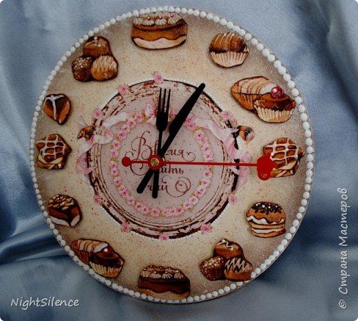 """Здравствуйте, дорогие мастерицы! На смену шкатулкам у меня пришла пора часов)) очень понравилось это делать, так что буду теперь пополнять коллекцию)) Часы """"Время пить чай"""". Давно вынашивала эту идею, но не могла найти подходящих пироженок, чтобы были красивые, хорошего качества и подходили по цветовой гамме. В итоге нашла салфетки с печатью отдельных пироженых, вырезала их, вылепила из самозатвердевайки медальоны по форме и задекупировала их. Но все равно мне показалось маловато высоты, поэтому приклеила их на отставке, а щели залила прозрачным 3d гелем. В остальном - декупажная карта, краски, набрызг и белый контур по ободку. фото 1"""