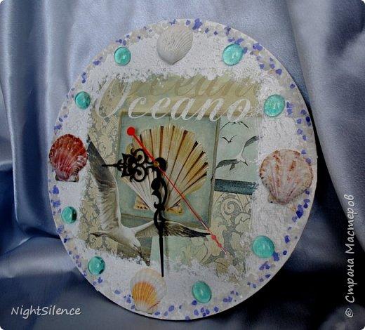 """Здравствуйте, дорогие мастерицы! На смену шкатулкам у меня пришла пора часов)) очень понравилось это делать, так что буду теперь пополнять коллекцию)) Часы """"Время пить чай"""". Давно вынашивала эту идею, но не могла найти подходящих пироженок, чтобы были красивые, хорошего качества и подходили по цветовой гамме. В итоге нашла салфетки с печатью отдельных пироженых, вырезала их, вылепила из самозатвердевайки медальоны по форме и задекупировала их. Но все равно мне показалось маловато высоты, поэтому приклеила их на отставке, а щели залила прозрачным 3d гелем. В остальном - декупажная карта, краски, набрызг и белый контур по ободку. фото 5"""