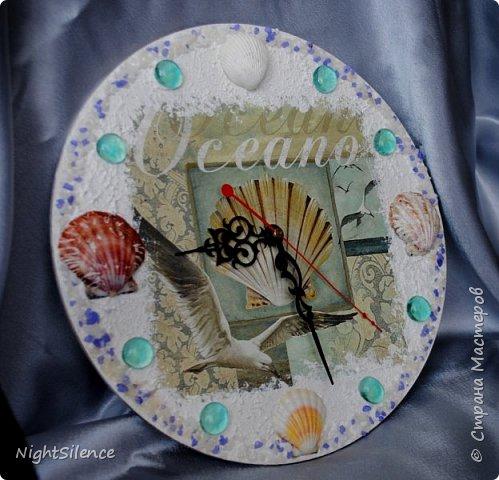 """Здравствуйте, дорогие мастерицы! На смену шкатулкам у меня пришла пора часов)) очень понравилось это делать, так что буду теперь пополнять коллекцию)) Часы """"Время пить чай"""". Давно вынашивала эту идею, но не могла найти подходящих пироженок, чтобы были красивые, хорошего качества и подходили по цветовой гамме. В итоге нашла салфетки с печатью отдельных пироженых, вырезала их, вылепила из самозатвердевайки медальоны по форме и задекупировала их. Но все равно мне показалось маловато высоты, поэтому приклеила их на отставке, а щели залила прозрачным 3d гелем. В остальном - декупажная карта, краски, набрызг и белый контур по ободку. фото 6"""