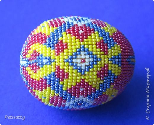 В молодости я делала украшения из бисера и оплетала яйца. Потом увлечение прошло. Одно из яиц сохранилось с тех пор.  фото 6