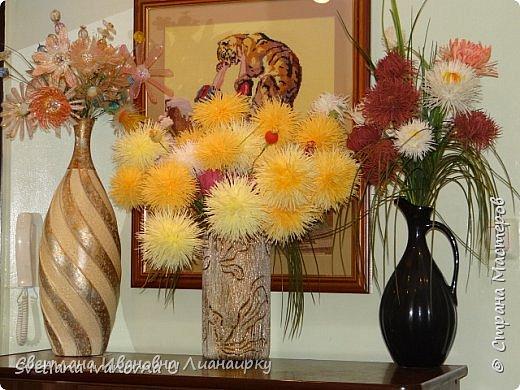 Лет 15 назад я оказалась на выставке, там  увидела эти цветочки и прошла мимо, не обратив на них внимания. Была 100 процентная уверенность, что они живые, подумала, что кому-то подарили живой букет. Прошло  какое-то время  и случайно я узнала, что это были цветы из салфеток.  Как я была удивлена! Через организаторов выставки я узнала адрес мастера. Им оказалась бабушка из дома для престарелых. Договорилась по телефону с директором данного заведения и поехала на встречу с ней. Встретилась и бабуля рассказала свою историю. что благодаря этим цветам она много лет выживала в этом мире, меняла, продавала, дарила, учила... И мне подарила  три цветочка и показала, как их делать. Счастливая я поехала домой и так началась моя история: с тех пор я делаю  и делаю эти цветы,  правда, не продаю их, а дарю. Сейчас же попробую показать вам, и, может быть,  у кого-то из вас начнется своя история  любви к данному цветочку. фото 29