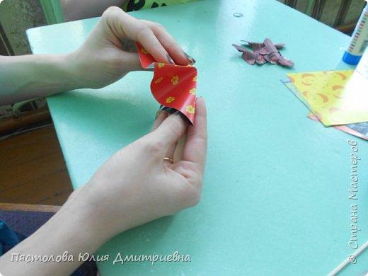 Ромашки из бумаги и бабочки - оригами! Отличный подарок маме, бабушке, сестре! Такие ромашки мы сделали с детьми в подарок дорогим учителям на 8 марта! фото 4