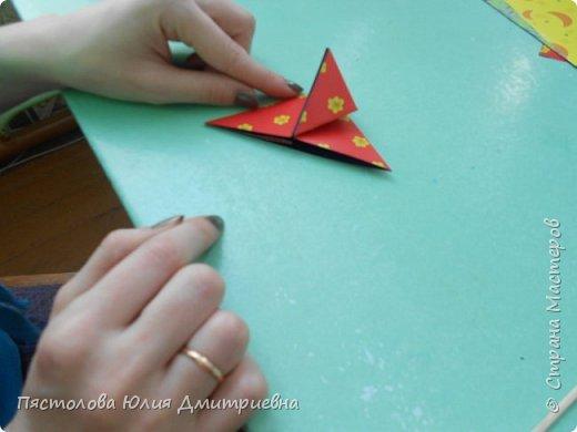 Ромашки из бумаги и бабочки - оригами! Отличный подарок маме, бабушке, сестре! Такие ромашки мы сделали с детьми в подарок дорогим учителям на 8 марта! фото 5