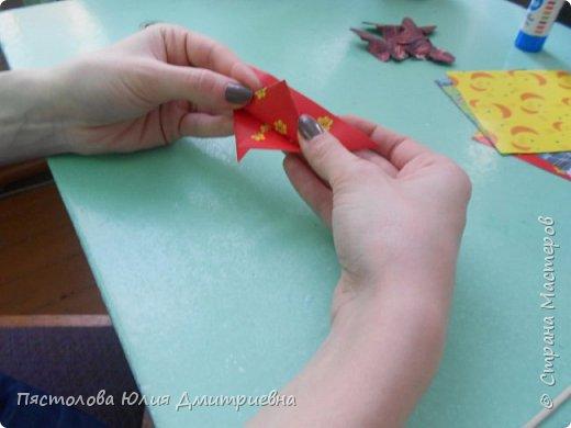Ромашки из бумаги и бабочки - оригами! Отличный подарок маме, бабушке, сестре! Такие ромашки мы сделали с детьми в подарок дорогим учителям на 8 марта! фото 7